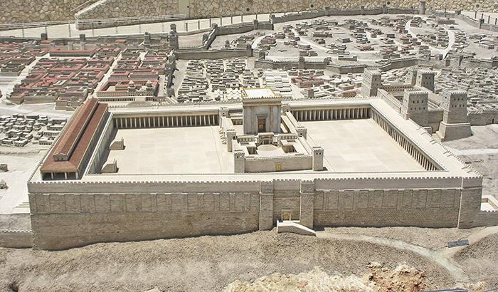 A Szentély hegye kelet felől nézve: Szentély (középen), Királyi sztoa (bal), and Antonia-erőd (jobb).